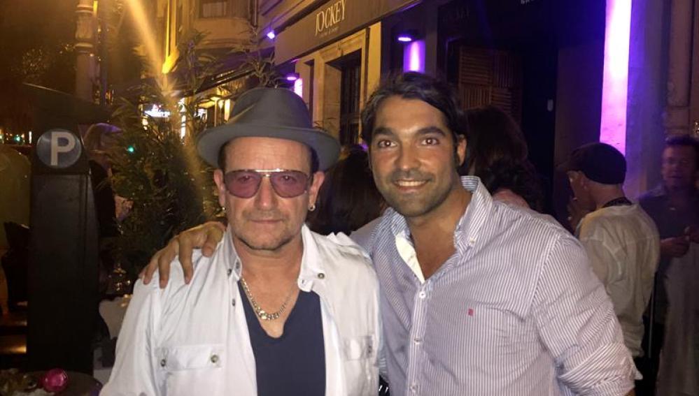 Bono con un fan en Valencia