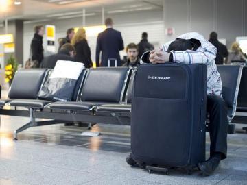 Viajero esperando en el aeropuerto