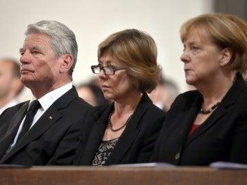 El presidente de Alemania, Joachim Gauck (izqda), y la canciller alemana, Angela Merkel (dcha), asisten a un homenaje a las víctimas del tiroteo de Múnich