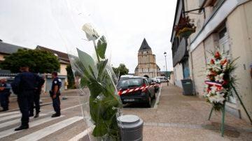 Una rosa blanca colocada cerca de la iglesia donde fue asesinado el sacerdote Jacques Hamel en Saint Etienne du Rouvray, Normandía.