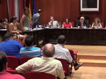"""Frame 93.409271 de: Expulsada del pleno una concejala del PP en Ciudad Real por encararse con el público: """"Dímelo a la cara, cobarde"""""""