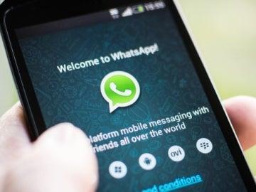 Un usuario entrando en WhatsApp