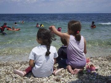 Niños aprenden a nadar en Lesbos