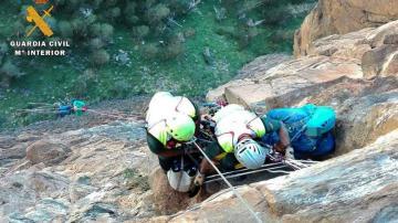 Efectivos de la Guardia Civil rescatando el cadáver del montañero