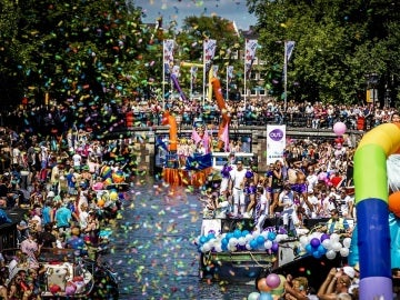 Medio millón de personas celebran la fiesta del Orgullo LGTBI en Amsterdam