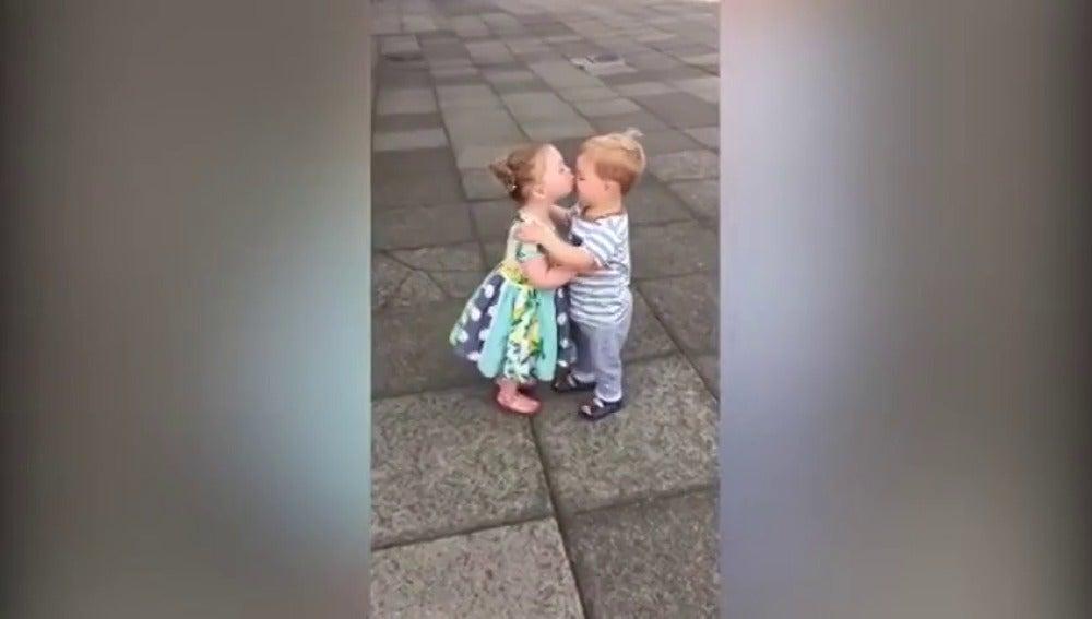 Frame 15.335462 de: El ataque de risa de un niño y una niña tras darse un beso conmueve a las redes sociales
