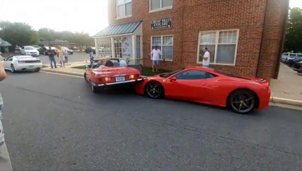 Frame 10.473846 de: El vídeo viral de una mujer que monta su coche encima de un lujoso Ferrari intentando aparcar en línea