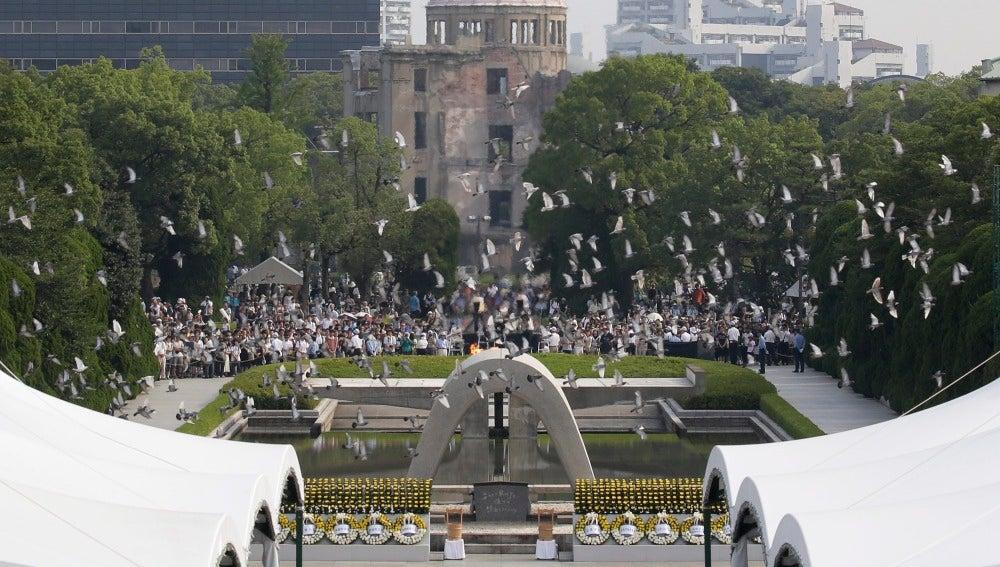 Palomas volando durante la ceremonia conmemorativa de Nagasaki