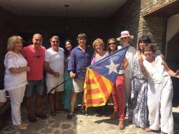 Puigdemont, con amigos en una fiesta en Cadaqués