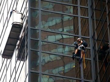 El hombre ha comenzado el ascenso desde el quinto piso