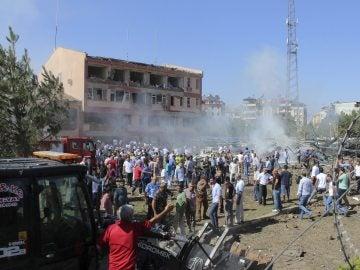 Una multitud ayuda a los heridos tras una explosión en una comisaría en la localidad de Elazig (Turquía)