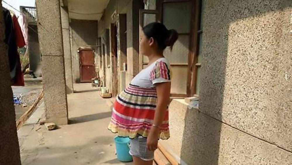 Mujer china embarazada de 17 meses