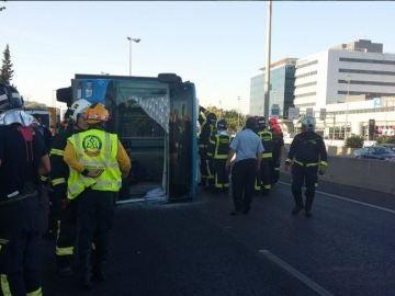 Autobús de la EMT volcado en la Avenida de Burgos