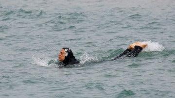 Una mujer con 'burkini' bañándose