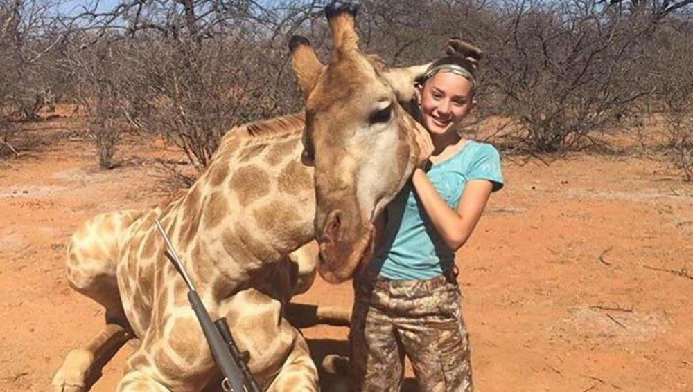 Aryanna Gourdin posa con una jirafa muerta