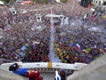 Miles de personas durante el 'Txupin' en Bilbao