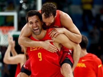 Felipe Reyes y Sergio Rodríguez celebran el bronce conseguido en los Juegos