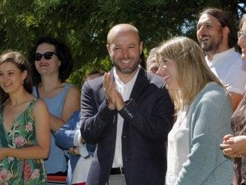 El candidato de En Marea a la Xunta, Luis Villares, aplaude a la candidata por Pontevedra, Carmen Santos.
