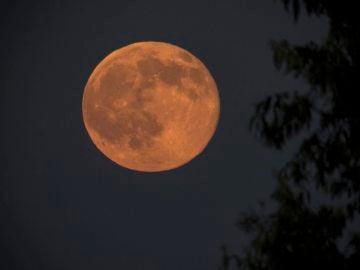 Luna con color rojizo