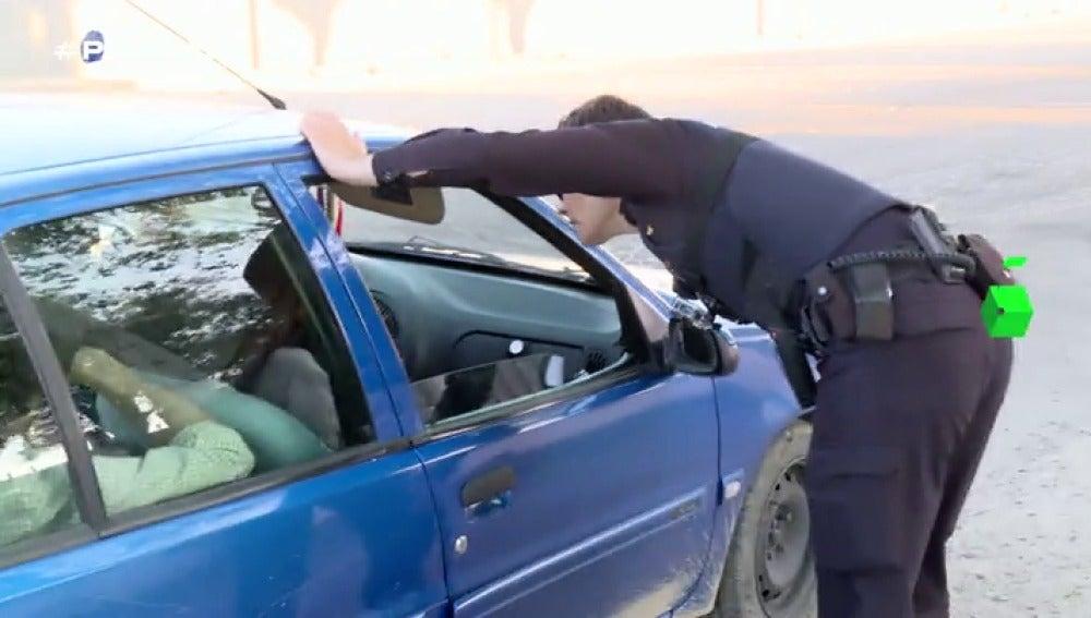 """Frame 1.31512 de: """"Documentación de los cinco y del vehículo, ¿alguien tiene algo que no deba llevar?"""", este jueves en Policías en Acción"""