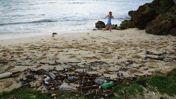 Una playa, llena de plástico