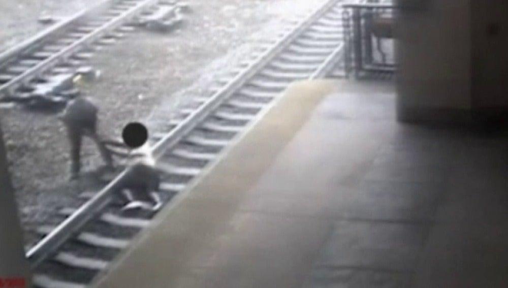 Frame 20.926783 de: Un policía salva la vida a un hombre que saltó a las vías del tren para suicidarse en EEUU