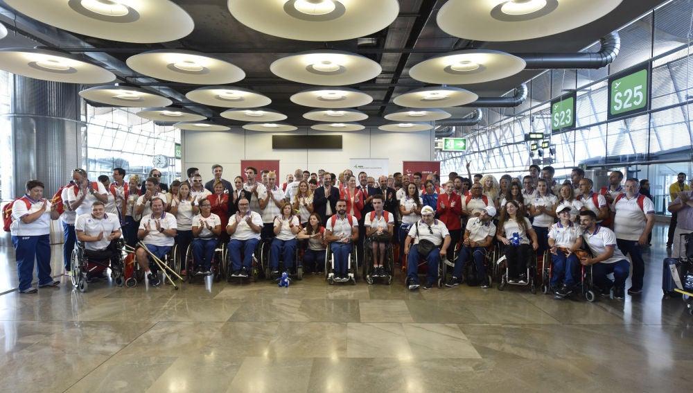 La delegación española de atletas paralímpicos, en el aeropuerto de Barajas