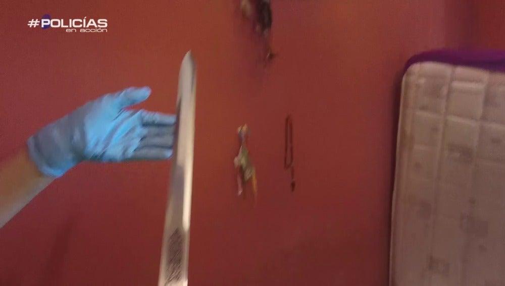 Un policía encuentra una espada en un prostíbulo