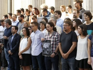Los miembros de Unidos Podemos homenajean a Aylan Kurdi en la puerta del Congreso de los Diputados