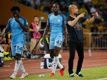 Yayá Toure se retira del terreno de juego con Guardiola dando instrucciones
