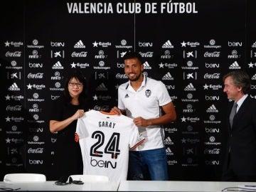Garay, presentado como jugador del Valencia.