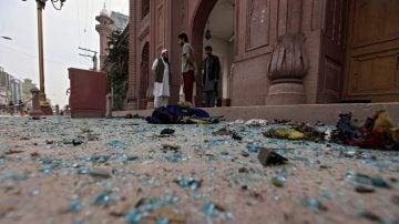 Cristales cubren el suelo cerca del lugar donde se produjo un atentado con bomba en un autobús en Peshawar (Pakistán).
