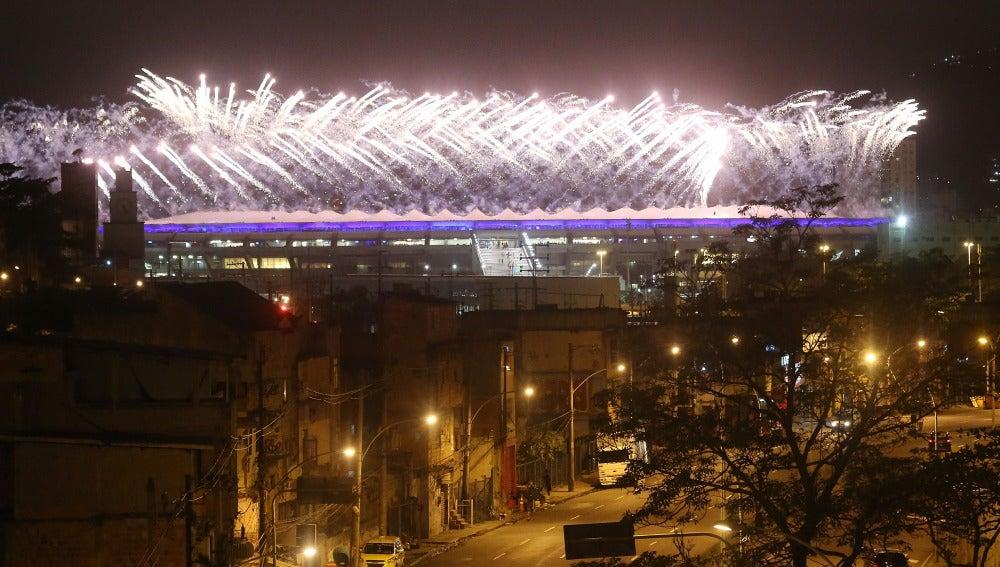 El estadio de Maracaná, iluminado por los fuegos artificiales