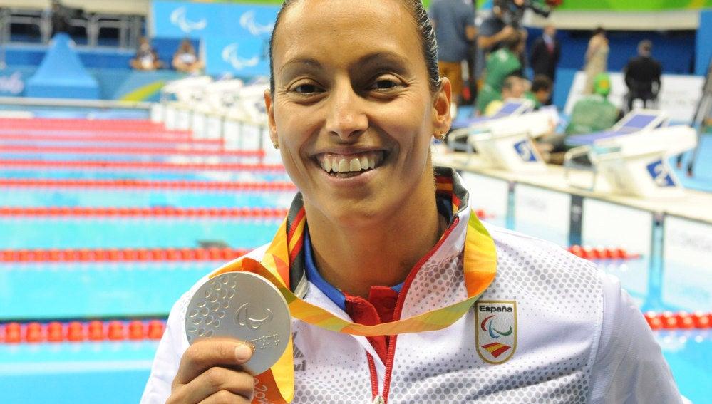 Teresa Perales muestra orgullosa la plata conseguida en los Juegos Paralímpicos de Río 2016