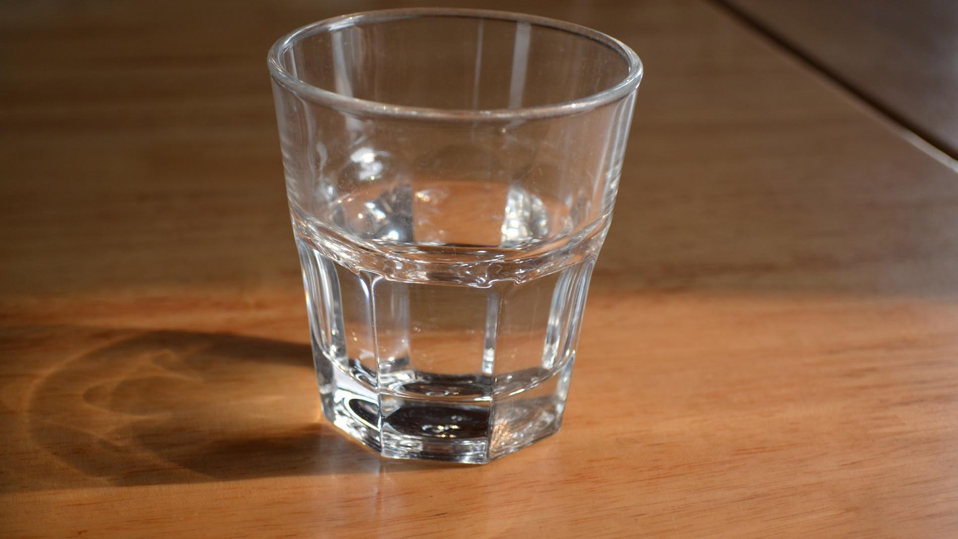 Echa cuentas y trata de recordar cuántos días lleva el vaso en la mesita