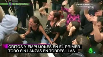Frame 90.976899 de: Tensión en los enfrenteamientros entre animalistas y defensores del Toro de la Peña en Tordesillas