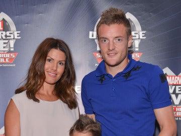 Vardy posando junto a su mujer.