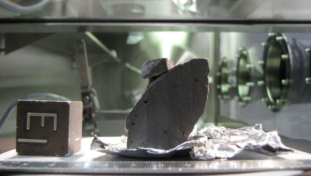Roca procedente de la Luna traída de vuelta por el programa Apolo y que se encuentra alojada en el Lunar Sample Laboratory de la NASA en el Centro Espacial Johnson en Houston (Estados Unidos).