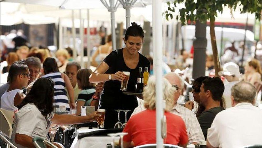 Una camarera trabajando en un bar