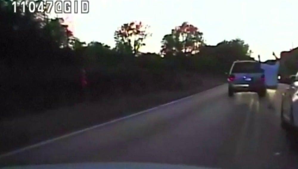 Frame 0.0 de: La Policía estadounidense mata a un afroamericano desarmado cuyo vehículo se había averiado