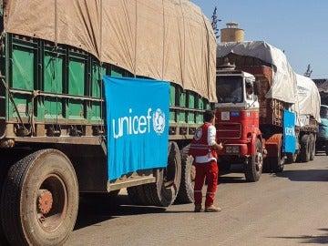 Un convoy de camiones antes de partir para entregar ayuda humanitaria
