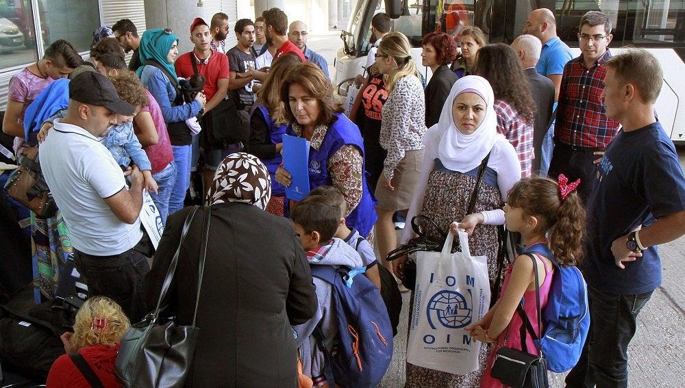 Fotografía facilitada por el Ministerio de Interior, de la llegada hoy de 36 refugiados sirios procedentes de Grecia al Aeropuerto Madrid-Barajas Adolfo Suárez