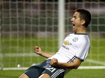 Ander Herrera celebrando su gol que metió al United en los octavos de la Copa de la Liga inglesa.