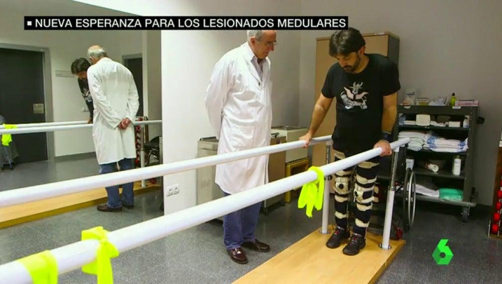 Frame 37.727286 de: Esperanza para enfermos medulares: un hospital de Madrid logra que pacientes con tetraplejia crónica recuperen sensibilidad y anden