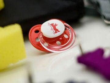 Un chupete de un recién nacido, imagen de archivo