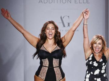 Ashley Graham saluda al final del desfile