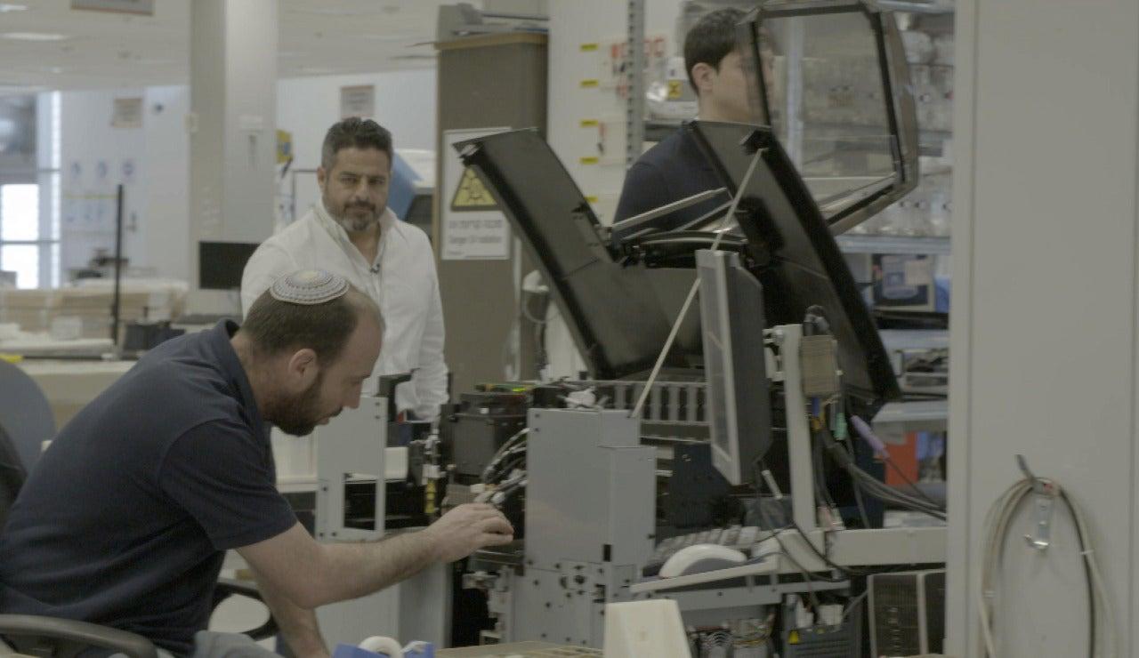 Jalis de la Serna observa los avances en tecnología 3D