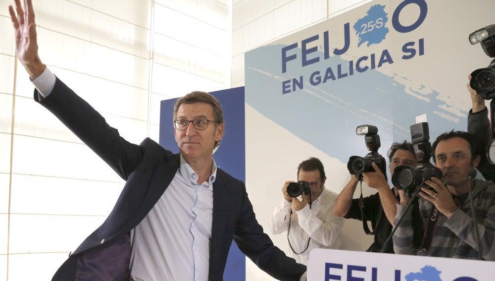 Núñez Feijoo, el único del PP que logra mayoría absoluta, se posiciona como sucesor de Rajoy