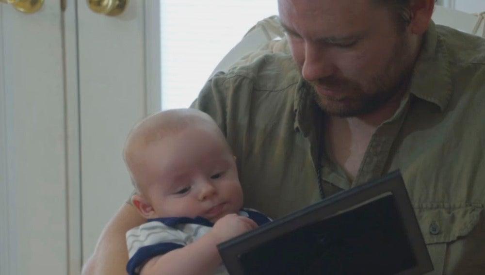 James mira una fotografía de su madre