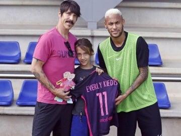 Anthony Kiedis y su hija posan con Neymar